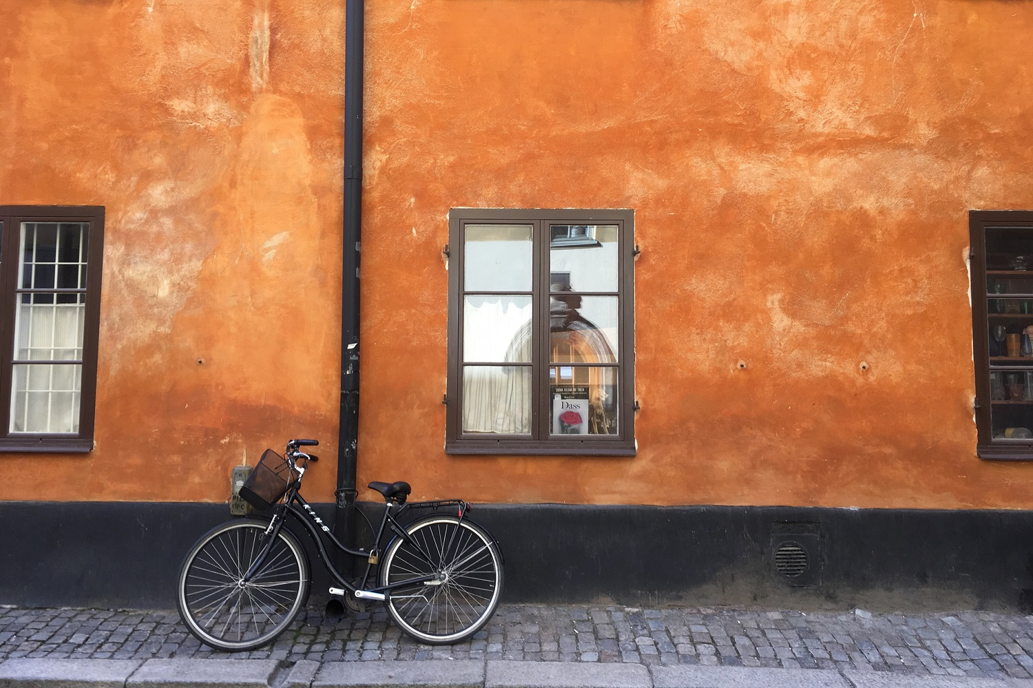 Spotting bicycles and beautiful walls in Gamla Stan Stockholm